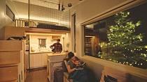 Mladý pár geniálně využil každý kousek svého vlastnoručně postaveného pojízdného domku za 600 tisíc!