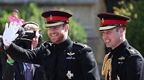 Harry a jeho bratr William přijíždějí na obřad.