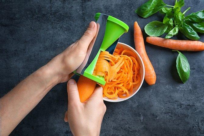Speciální škrabka vytvoří zeleninové špagety během chvilky.