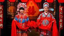 V Číně je tradiční barvou svatebních šatů červená, protože symbolizuje štěstí a odhání zlé duchy.