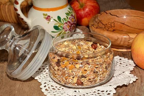 Ovesné vločky jsou tradičním zdrojem vlákniny. Jezte je ke snídani místo slazených lupínků.