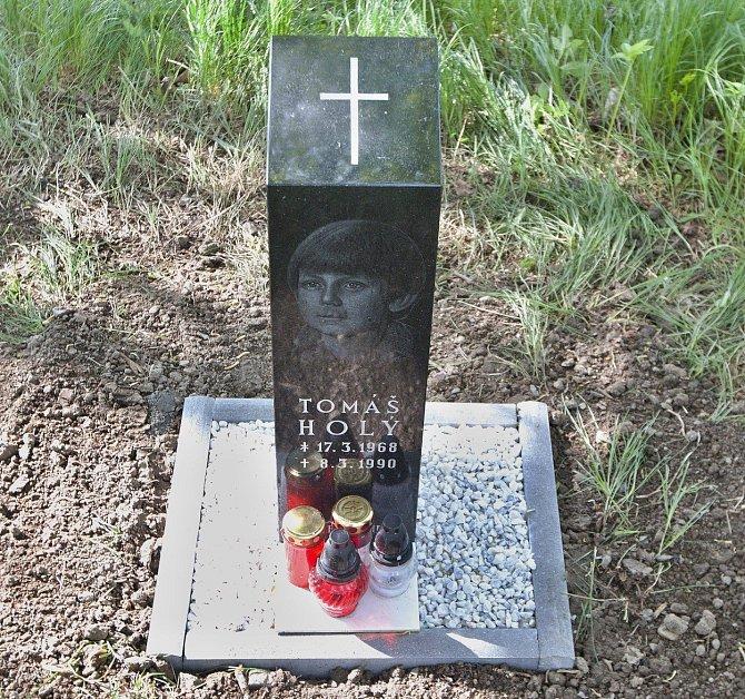V roce 2015 dostal Tomáš Holý nový pomník.