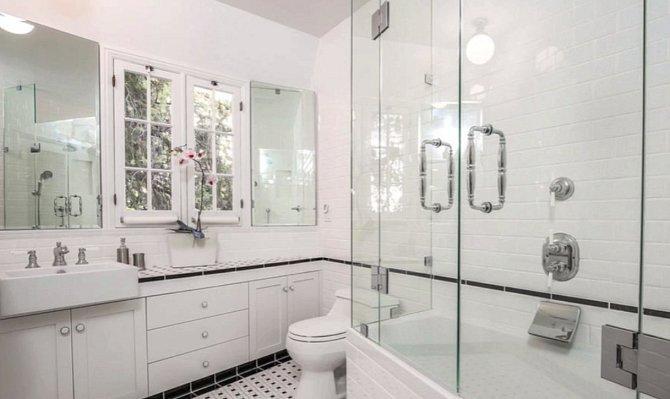 Vrchní koupelna pro hosty je střídmější.