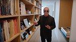 Druhá knihovna, která skrývá převážně biografie, které čte Michael nejraději. Také je tu mnoho fotografií.