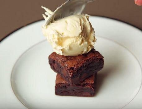 Vnitřek v tomto případě tvoří čokoládové brownies a vanilková zmrzlina.
