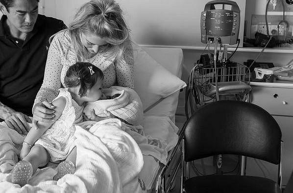 S miminkem se přišel rozloučit tatínek i sestřička.