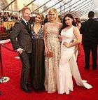 Ariel s kolegy ze seriálu Taková moderní rodinka.