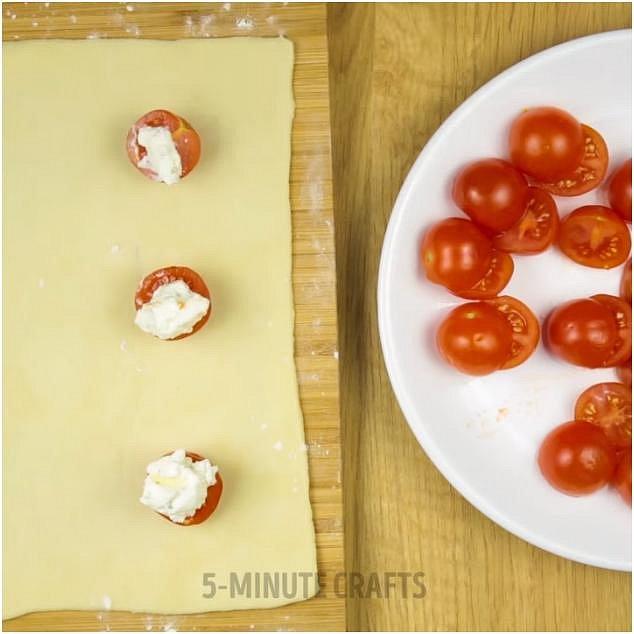 Na rajče dejte trochu ricotty smíchané s bylinkami dle chuti.