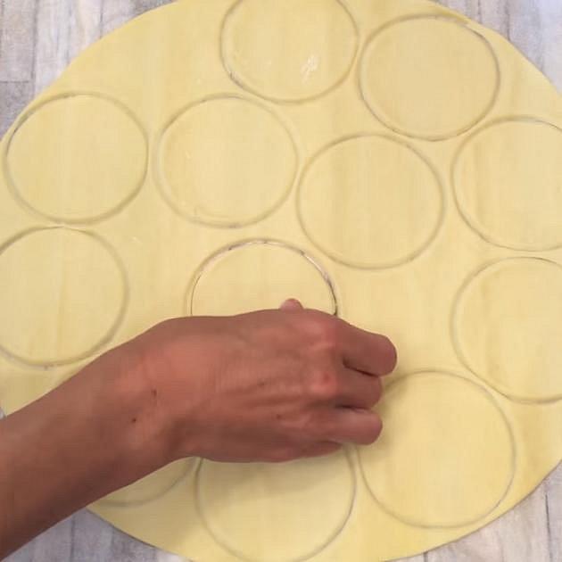 Z listového těsta si vykrojte menší kolečka.