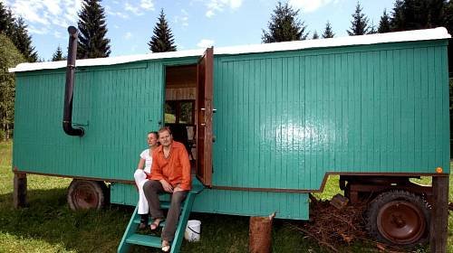 <p>Manželský pár má maringotku zaparkovanou na hůře dostupném místě. Tak aby je nikdo nerušil</p>