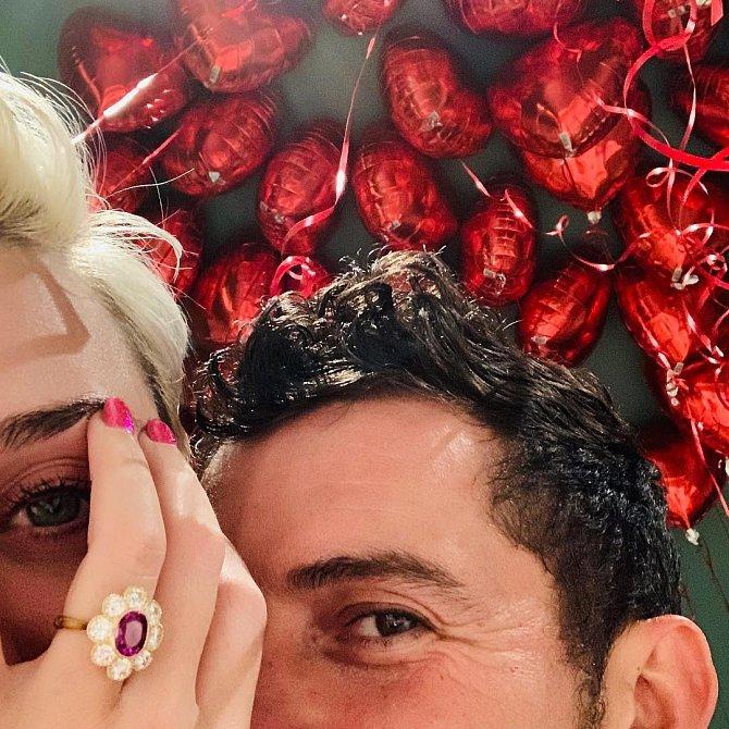 Katy Perry se bude vdávat. Zasnoubila se na sv. Valentýna.
