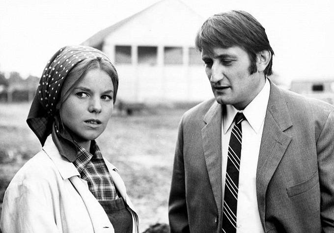 Jorga Kotrbová a Pavel Landovský ve filmu Utrpení mladého Boháčka