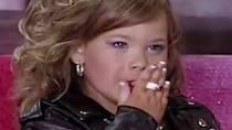 Holčičky musí předvést v rámci soutěže také to, čemu u nás říkáme volná disciplína. Tato dívenka předvádí scénku z Pomády.