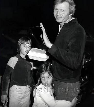 Angeliny s otcem Jonem Voightem a bratrem Jamesem