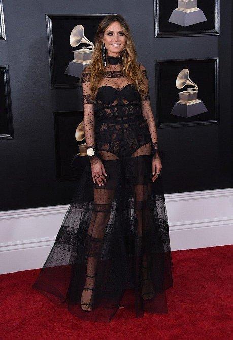 Heidi Klum přítomné uchvátila překrásnou průsvitnou róbou.