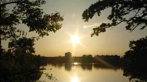 <p>Romantický západ slunce nad rybníkem Svět</p>