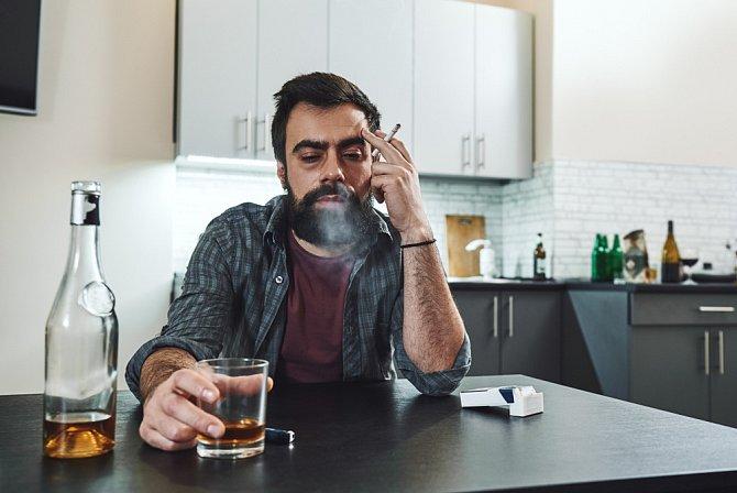 Alkohol pije i o samotě, kdy ho k tomu nenutí společenské okolnosti.