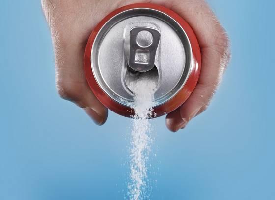 Slazené nápoje jsou plné cukru.