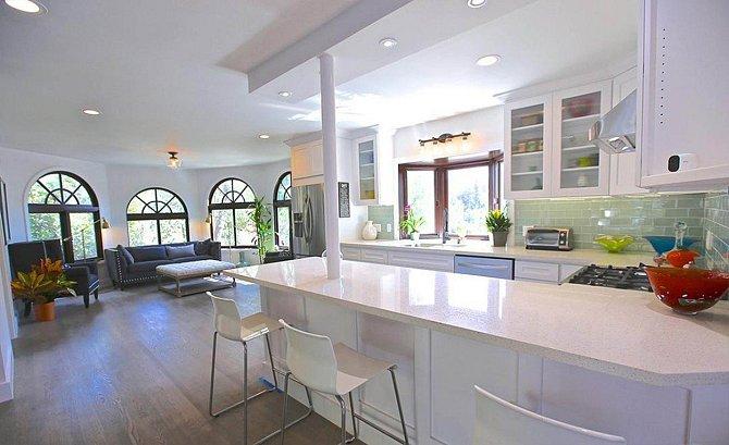 Obývací pokoj je propojen s kuchyní.