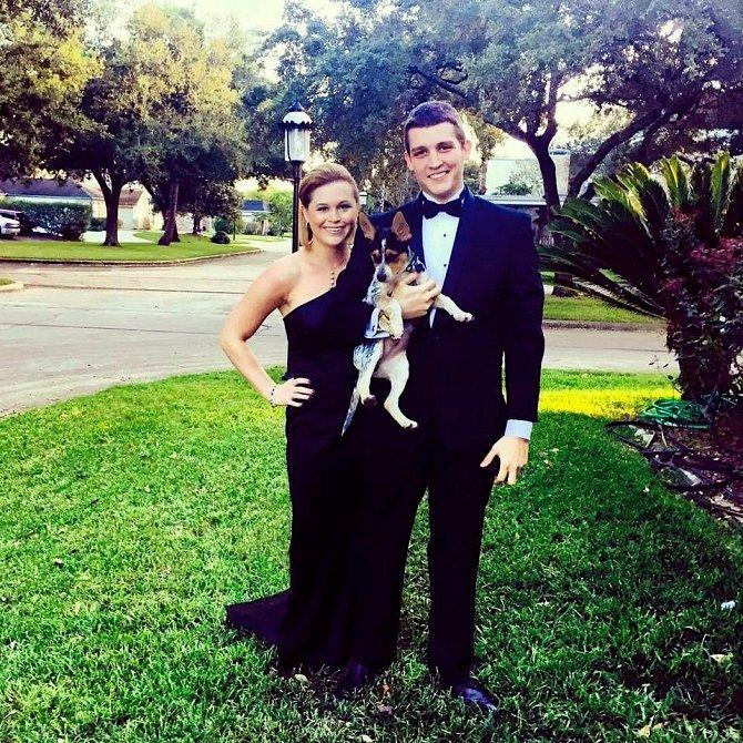 Taryn s přítelem a psem na party.