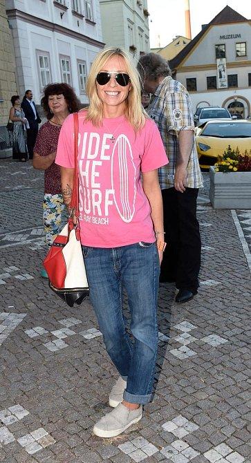 Terezu fotografové zachytili ještě před převléknutím. Můžeme se tak přesvědčit, že zůstává věrná svému stylu - džíny, volné triko a tenisky. Omlazuje jí a sluší, tak proč ne, že?