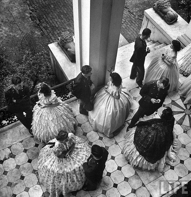18. Kávový dýchánek na verandě zámku Antebellum, party kadetů místní armádní letecké školy, Mississippi, USA, 1943