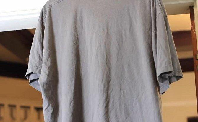 """Zmačkané oblečení """"vyžehlíte"""" během chvilky tak, že látku postříkáte roztokem octa a vody v poměru 1:3."""