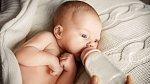 Na umělou výživou se hledí skrz prsty, ale je tak kvalitní, že dítěti nehrozí žádná rizika ohledně vývoje ani  chatrné imunity.