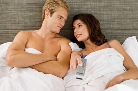 Porno při sexu: Zpestření, nebo zabiják vztahu?