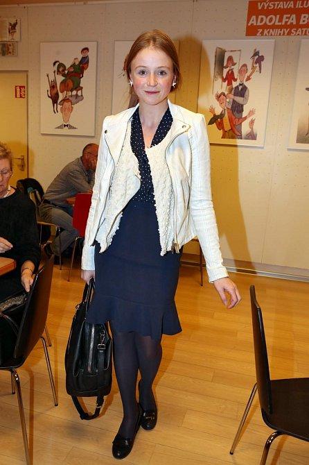 Kostýmek ve stylu Chanel doplněn motorkářskou bundou byť v bílé barvě? Proč ne, že?