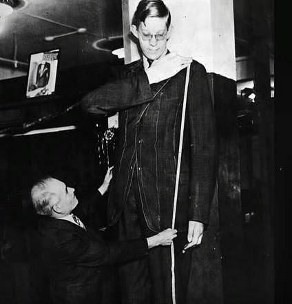 Robert Pershing Wadlow - Tento obr se narodil v roce 1918 a bohužel zemřel ve svých 22 letech.