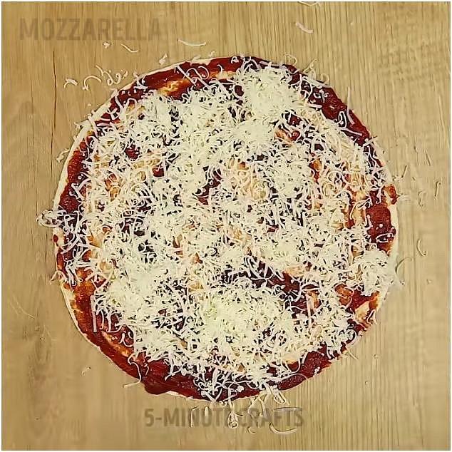 Poté hustě posypte nastrouhanou mozzarellou. Osolte a dejte bylinky dle chuti.