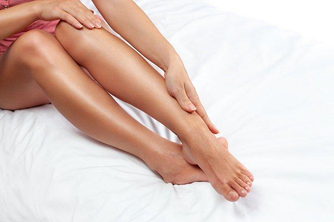 Barva hezké nohy nedělá. Svůj podíl nese i hladká pokožka bez chloupků, ďolíčků a strií.