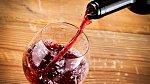 Červené víno je na správnou teplotu háklivé. Chlaďte, nepřechlaďte.