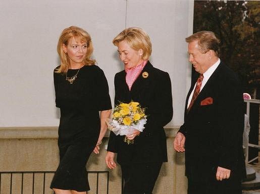 Václav a Dagmar Havlovi s Hillary Clintonovou, manželkou tehdejšího amerického prezidenta