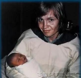 Pyšný otec Jon Voight se svou novorozenou dcerou, které dal jméno Angelina.