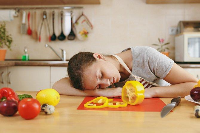 Na začátku šestinedělí mají maminky spoustu energie a spí kolem tří hodin denně. Únava je ale neúprosná a dožene je.