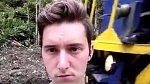 Jared Michael si chtěl zřejmě pořídit unikátní selfie s projíždějícím vlakem těsně za svými zády. Bohužel ale stál příliš blízko a strojvedoucí vlaku měl dojem, že jej vlak srazí. Pokusil se tedy nešťastníka odkopnout...