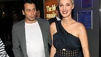 Bára Poláková (34) a Pavel Liška (46) jsou renesanční lidé a stejně přistupují i ke svému rodičovství. Jejich holčičky Ronja a Rika jsou od sebe rok a půl, tudíž je každému rodiči jasné, že to jistě herecký pár nemá úplně s...