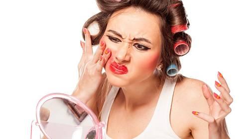Pravá dáma to nikdy nepřehání s make-upem. Nechce přece vypadat jako klaun.