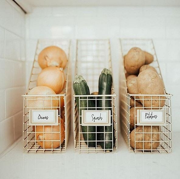 I potraviny jako je cibule nebo brambory lze skladovat elegantně.