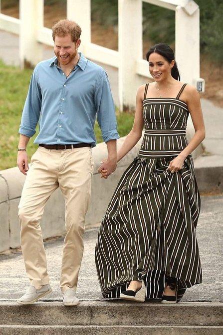 Meghan ze začátku těhotenství skrývala. Šťastnou novinu oznámila až na svatbě princezny Eugenie. Poslední měsíce se už pořádně kulatí a bříško dává všem na odiv.
