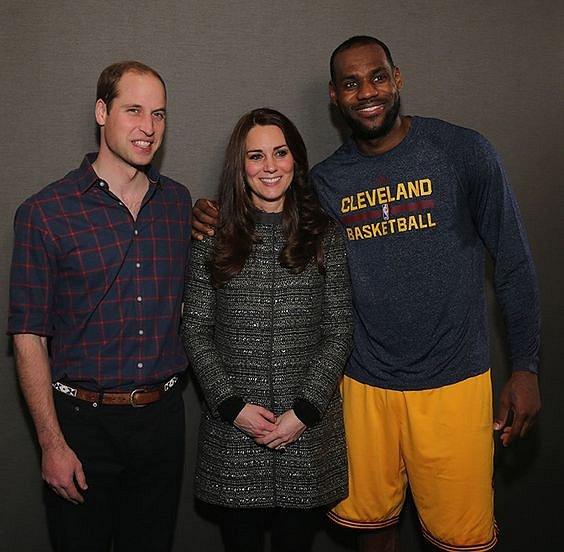 Basketbalista LeBron James porušil etiketu a objal vévodkyni Kate.