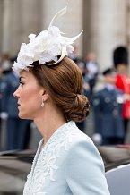 Kate umí klobouky nosit a menší pokrývky hlavy jí velmi sluší.