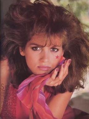 Gia Carangi (1960-1986) - Gia byla americká modelka považovaná za jednu z vůbec prvních opravdových supermodelek na světě. Silná drogová závislost ji postupně připravila o zakázky a způsobila jí četné zdravotní problémy, včetně HIV.