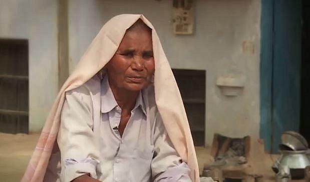 Péče o syna Omkari zmáhá, přesto ale svého rozhodnutí mít v sedmdesáti letech děti nelituje.