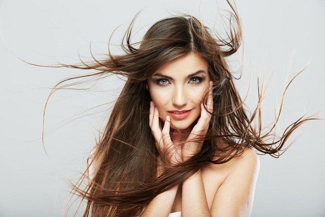 Ilustrační foto - opravuje poškozené vlasy