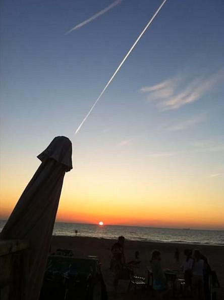 Jen čára po letadle na obloze.