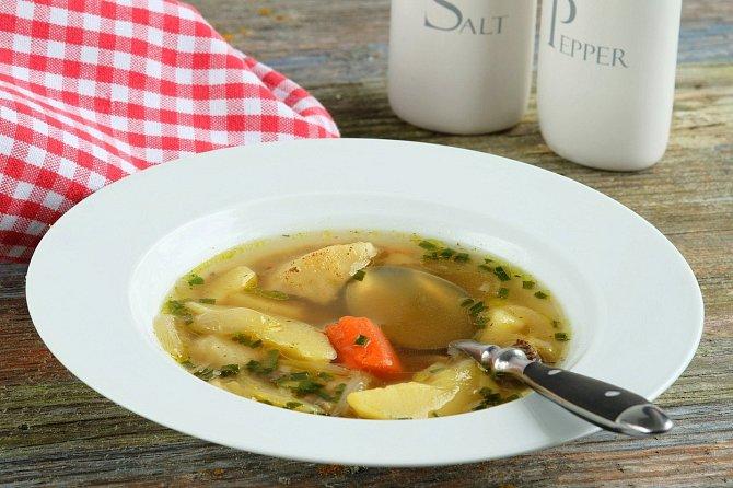 Dáma nikdy nedojídá polévku a to z jednoho prostého důvodu. Nikdy nemůžete sníst celou polévku, abyste nemusela naklonit talíř a naklonit talíř je pro dámu naprosto nepřípustné. Jezte, dokud to jde, ale naklánění ne.
