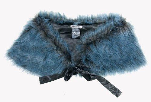Kožešinový límec je ideální přes jednobarevné šaty 8ca3b31404